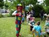 Clown bringt Kinder zum Lachen