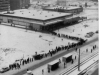 Schlange-stehen-an-der-Kaufhalle-am-Anhalterplatz-Platz-Weihnachten-1984