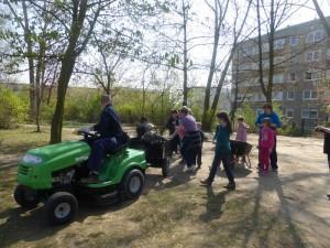 Hortbäumchen hatte zum Frühjahrsputz gerufen. Neuer Sand für den Sandkasten lag ebenso bereit. Eltern, Mitarbeiter des Horts und die Bürgerinitiative packten mit an und waren mit ihrer Arbeit sehr zufrieden.